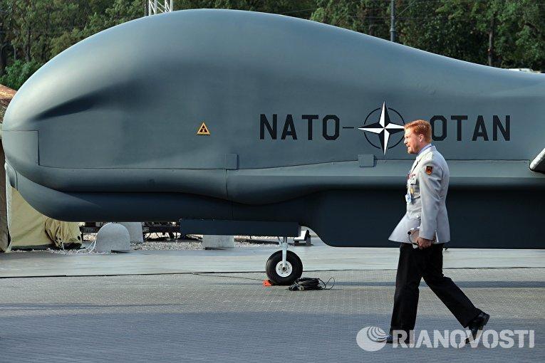 Беспилотный летательный аппарат НАТО Global Hawk Block 40, представленный в рамках саммита НАТО в Варшаве.