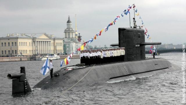 Головная ДЭПЛ проекта 677 «Лада» во время военно-морского парада в Санкт-Петербурге