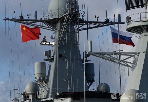 """Государственные флаги России и Китая на эсминце """"Ши Цзячжуан"""""""