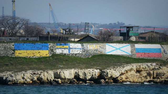 Государственные флаги Украины и России, и флаги ВМС Украины и ВМФ России