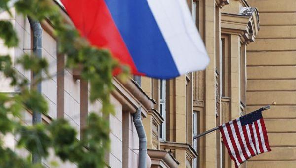 Государственные флаги России и США. Архивное фото