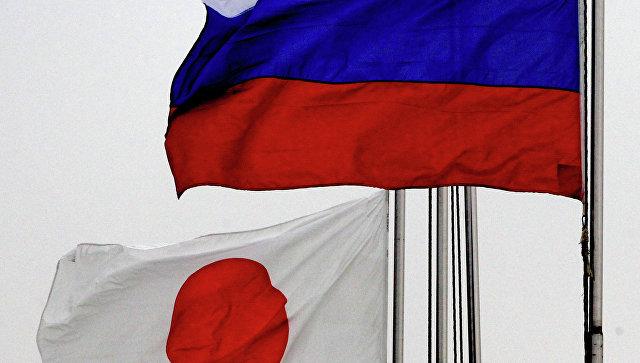 Государственные флаги России (справа) и Японии. Архивное фото.