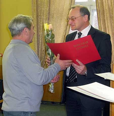 Генеральный директор ОАО «РАТЕП» Владимир Байбако вручает почетные грамоты Минпромторга сотрудникам предприятия.
