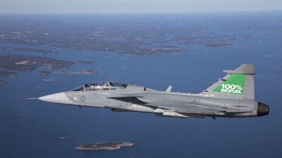 Истребитель Gripen D (двухместный) ВВС Швеции с двигателем, на 100% работающим на биотопливе.