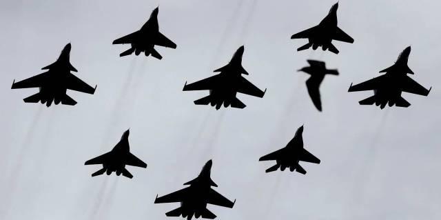 """Группы высшего пилотажа """"Русские витязи"""" на самолетах Су-30СМ и """"Стрижи"""" на самолетах МиГ-29"""