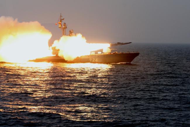 Гвардейский большой ракетный катер 3-го ранга «Р-14» 165-й Краснознамённой бригады надводных кораблей Краснознамённого Тихоокеанского флота РФ осуществляет стрельбу правым бортовым комплексом «Москит».
