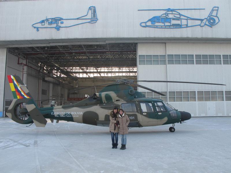 Первый построенный для армейской авиации Боливии многоцелевой вертолет H425 (бортовой номер ЕВ-101) на заводском аэродроме китайского предприятия Harbin Aircraft Manufacturing Corporation (HAMC). Харбин, январь 2014 года.