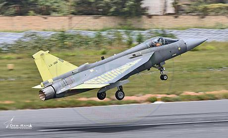 Пятый (крайний, построенный на настоящий момент) серийный индийский истребитель HAL Tejas Mk 1 (серийный номер SP-6, индийский военный номер LA-5006) в первом полете. Бангалор, 30.06.2017.