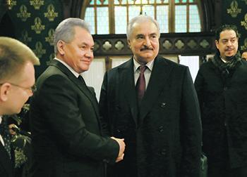 Халифа Хафтар и Сергей Шойгу обменялись рукопожатием на встрече в Москве. Фото со страницы МИД РФ в Flickr