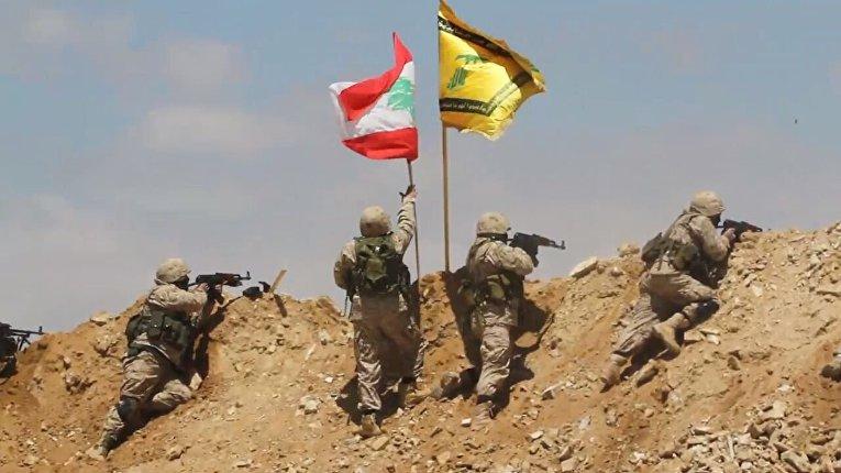 Бойцы ливанского движения «Хезболлах» освобождают высоту аль-Барух на ливано-сирийской границе.