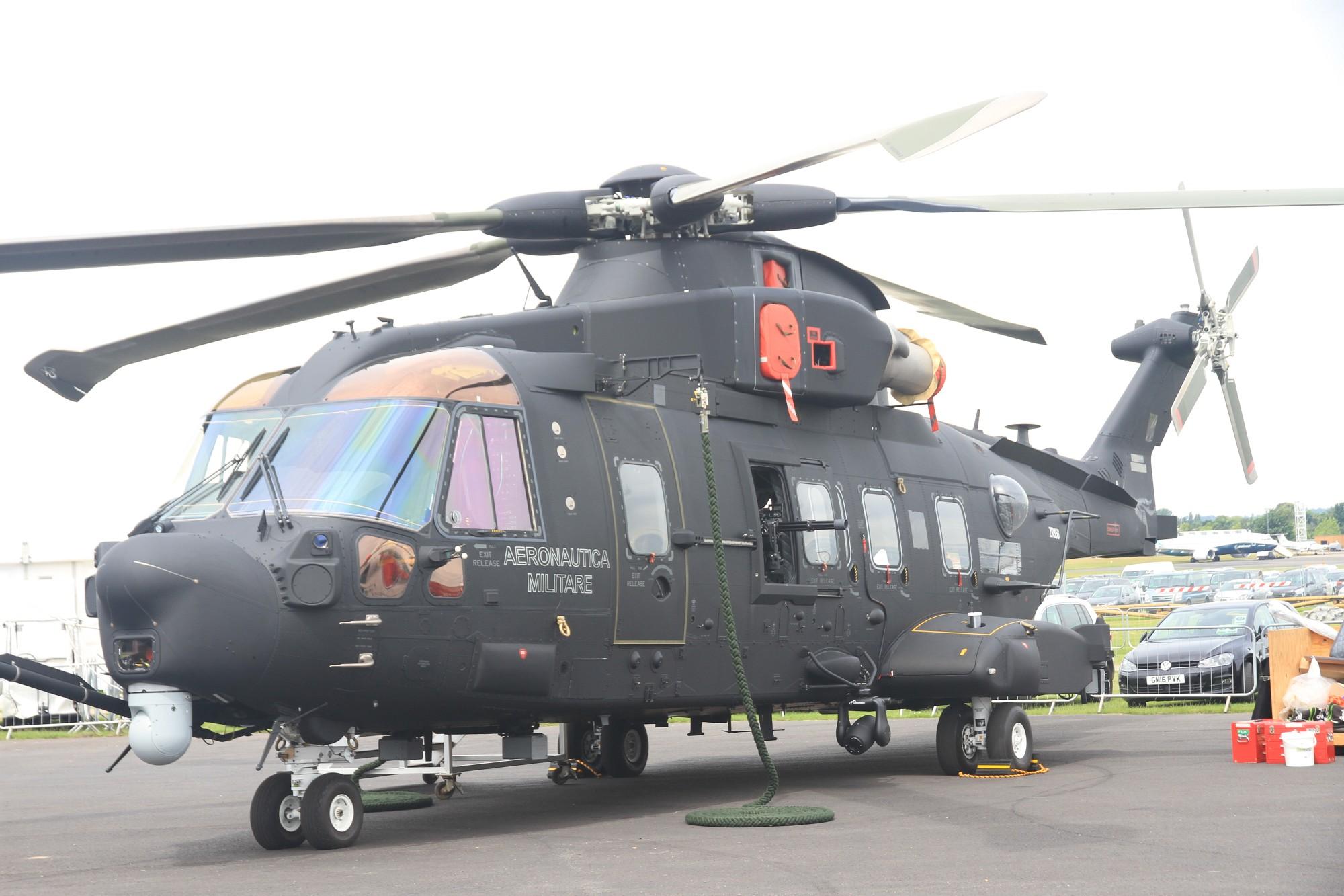 Новый боевой поисково-спасательный (CSAR) вертолет Leonardo-Finmeccanica Helicopter (ранее AgustaWestland) HH-101A Caesar (вариант транспортного вертолета AW101) ВВС Италии, с богатым оборудованием и внушительным вооружением. Фарнборо, 09.07.2016.