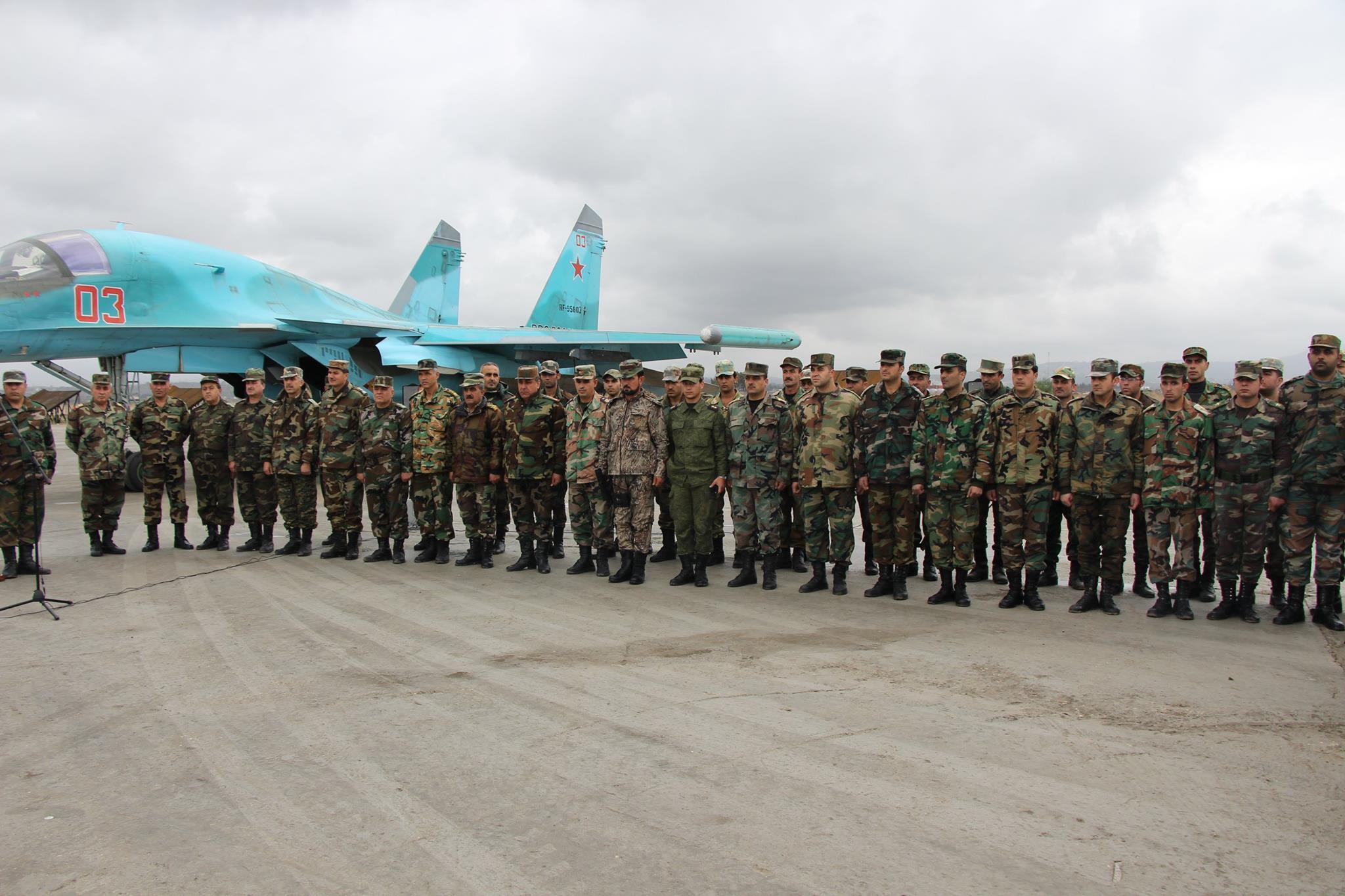 Офицеры сирийской армии на авиабазе Хмеймим на процедуре награждения российскими наградами и грамотами, конец 2015 года.