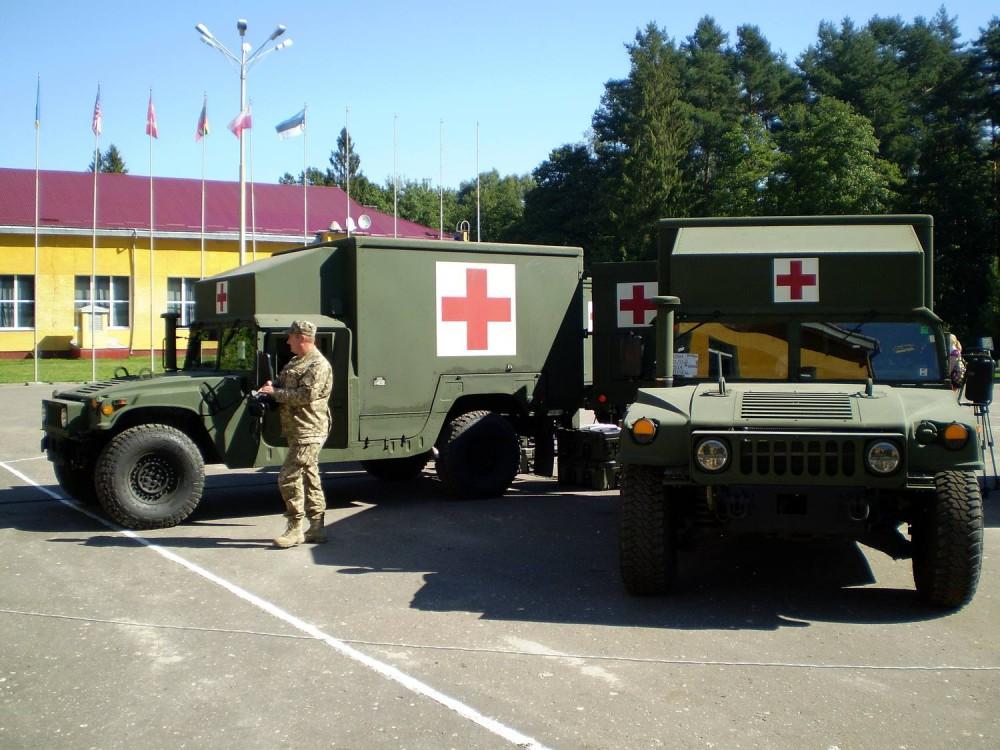 Переданные министерству обороны Украины в порядке помощи из наличия вооруженных сил США первые американские санитарные автомобили М1152 HMMWV с медицинским кунгом-модулем Burtek В4731. Яворов (Львовская область), 27.08.2016.