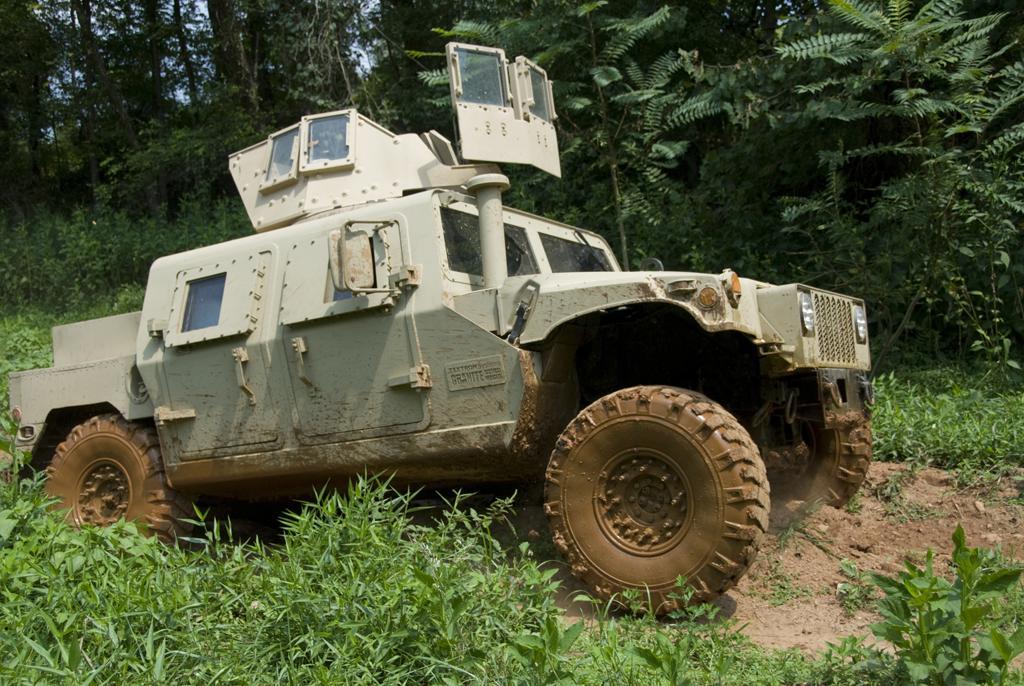 Автомобиль HMMWV, модернизированный по варианту Survivable Combat Tactical Vehicle (SCTV) разработки корпорации Textron Systems с установкой бронекорпуса.