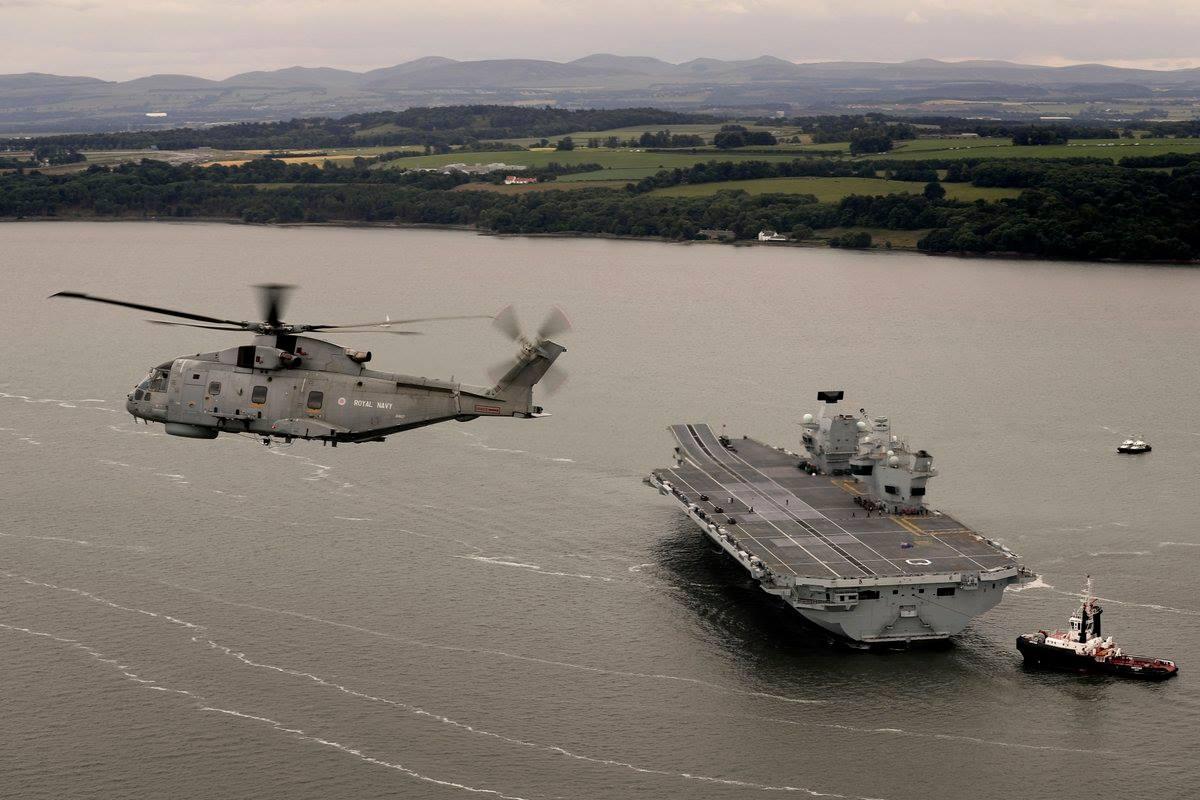 HMS Queen Elizabeth и вертолет Merlin Mk2.