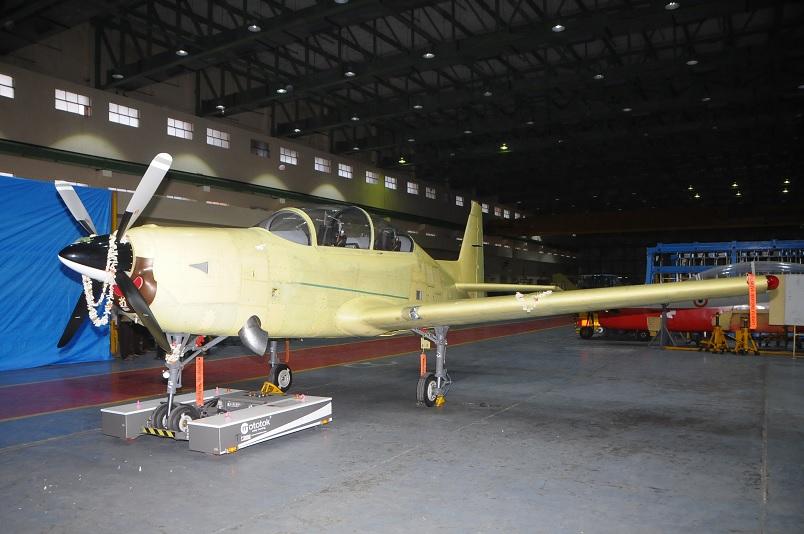 Первый опытный образец индийского турбовинтового учебно-тренировочного самолета HAL НТТ-40 после церемонии выкатки в Бангалоре, 02.02.2016.