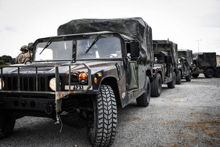 Внедорожники Humvee американских десантников.