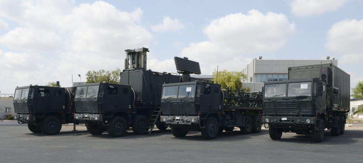 Элементы нового израильского зенитного ракетного комплекса средней дальности IAI ABISR, выполненные на шасси индийских автомобилей Tata. Cлева направо: подвижная пусковая установка Barak QR с четырехзарядной вертикальной пусковой установкой; командный пункт батареи с РЛС IAI Elta EL/M 2106; транспортно-заряжающая машина; машина технического обслуживания