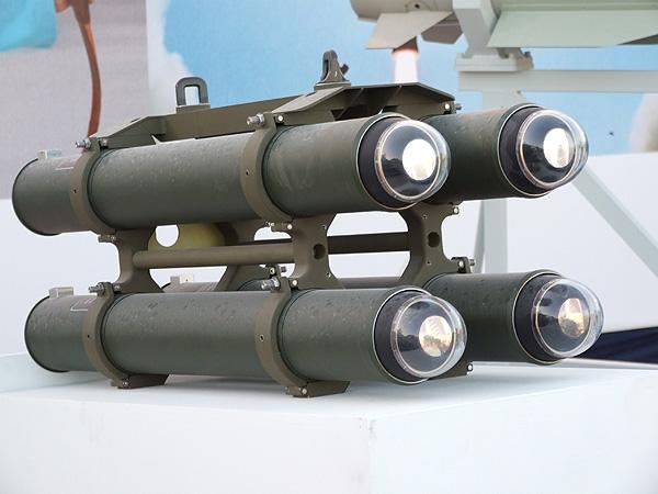 Счетверенная пусковая установка вертолетного варианта израильского противотанкового ракетного комплекса IAI LAHAT (SkyBow) (с).