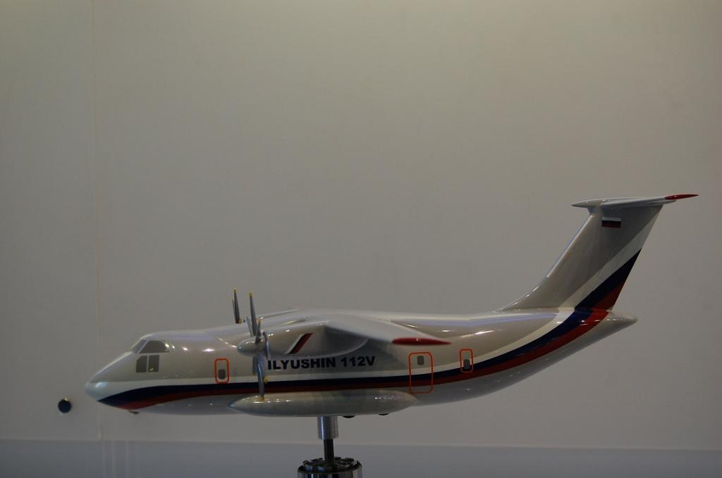 Модель военно-транспорного самолета Ил-112В первоначального облика.