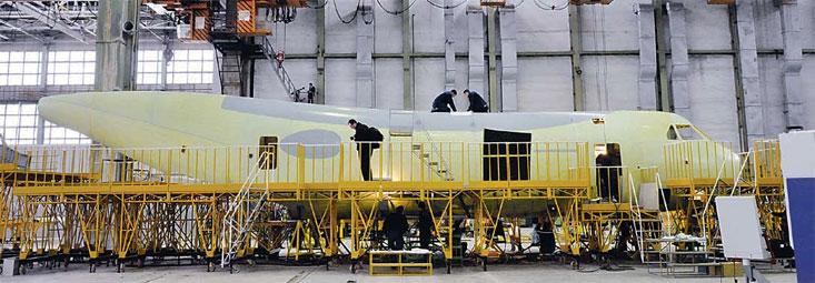 Сборка легкого военно-транспортного самолета Ил-112В.