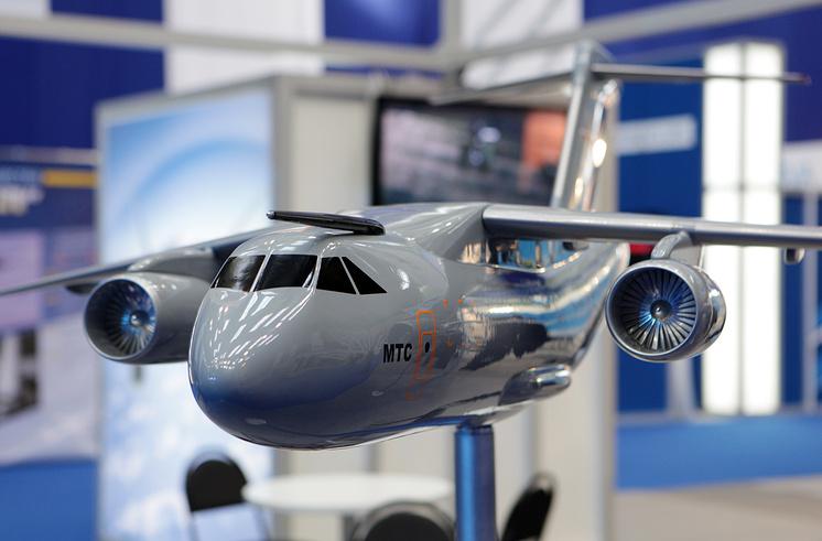 Макет тактического военно-транспортного самолета Ил-214.