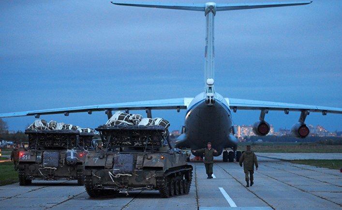 Погрузка боевых машин десанта БМД-2 в Ил-76 на аэродроме Дягилево.