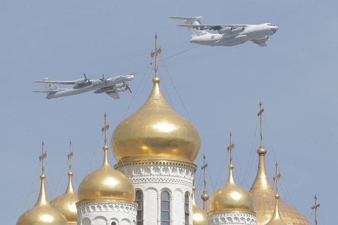 Самолет-заправщик Ил-78 и стратегический бомбардировщик-ракетоносец Ту-95.