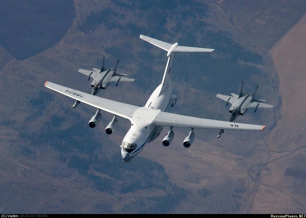 Самолет-заправщик Ил-78М (регистрация RA-78824, заводской номер 1003497947, серийный номер 74-07) осуществляет дозаправку в воздухе двух истребителей МиГ-31 ВВС России. 11.04.2014.