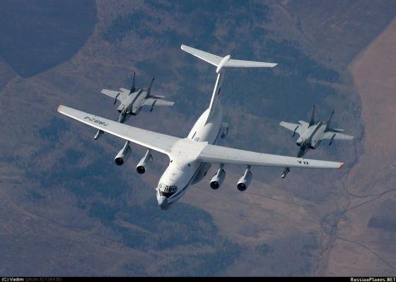 Самолет-заправщик Ил-78М и два истребителя МиГ-31