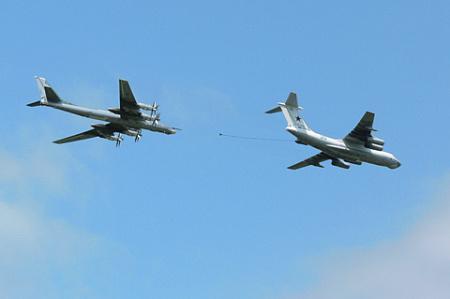 Имитация дозаправки Ту-95МС топливом в полете от Ил-78М. Фото автора