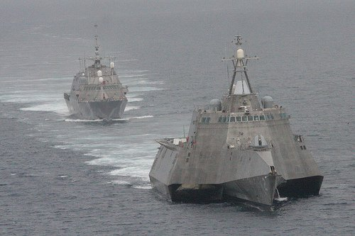 LCS-2 USS Independence, а следом LCS-1 USS Freedom - демонстрирующие разность проектов.