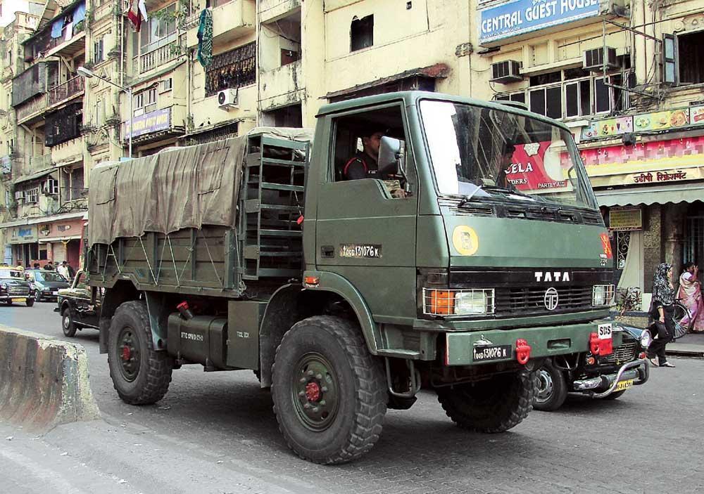 Tata LPTA 713 TC (4х4), сфотографированный на улицах Мумбаи (Бомбея) в январе 2011 года.