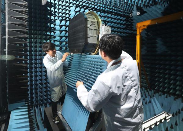 Инженеры компании Hanwha Systems осматривают первый прототип радара с АФАР для истребителя KFX в исследовательском центре в Йонгине(провинция Кенги)