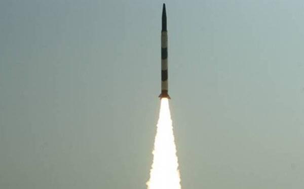 """Испытания баллистической ракеты """"Agni-I""""."""