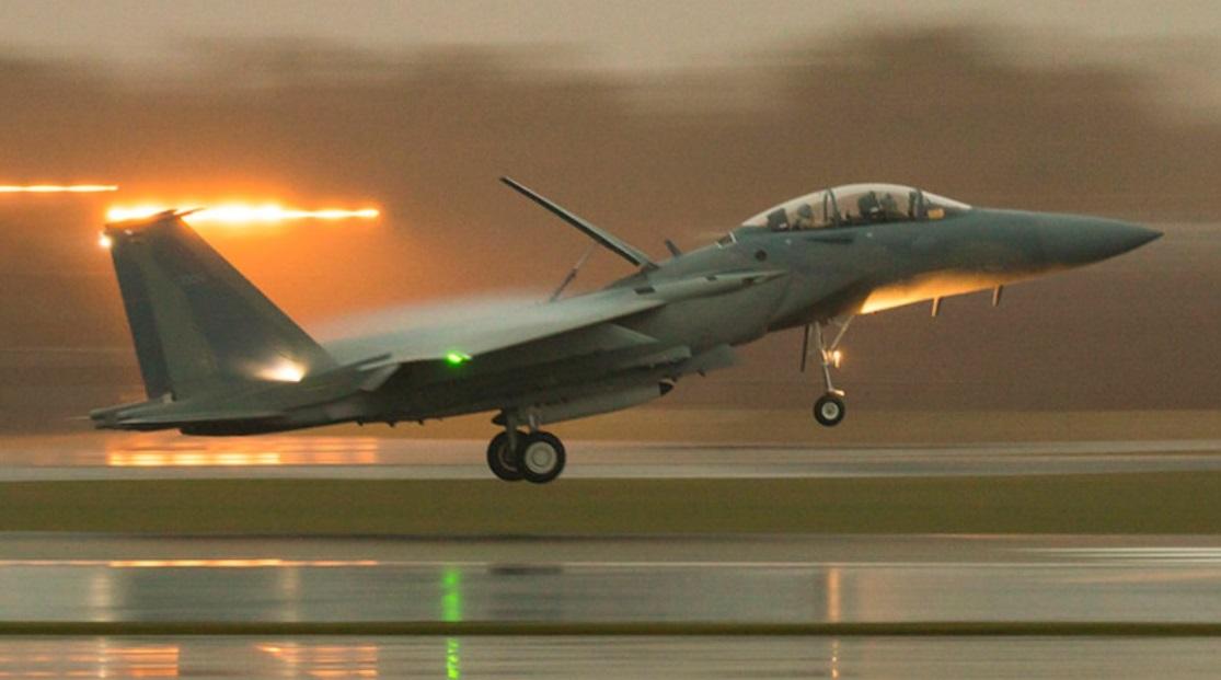 Совершивший промежуточную посадку на британской авиабазе Лейкенхет следующий в Саудовскую Аравию изготовленный для ВВС Саудовской Аравии истребитель Boeing F-15SA Eagle (номер ВВС США 12-1006, серийный номер SA6), 10.12.2016.