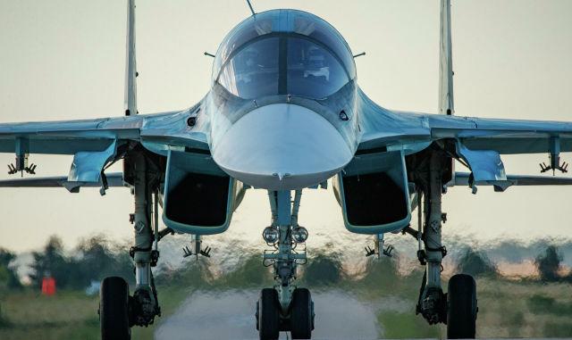 Истребитель-бомбардировщик Су-34 перед тренировочным полетом в Государственном центре подготовки авиационного персонала и войсковых испытаний Министерства обороны России имени В. П. Чкалова в Липецке