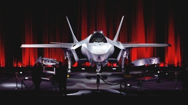 Истребитель F-35А (серийный номер АТ-01), построенный для ВВС Турции, остаётся в США