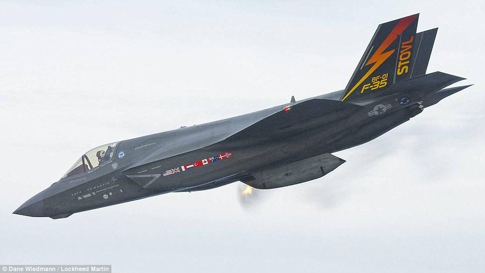 Истребитель F-35B (BF-01) ведет огонь из подвесной пушечной установки в воздухе.