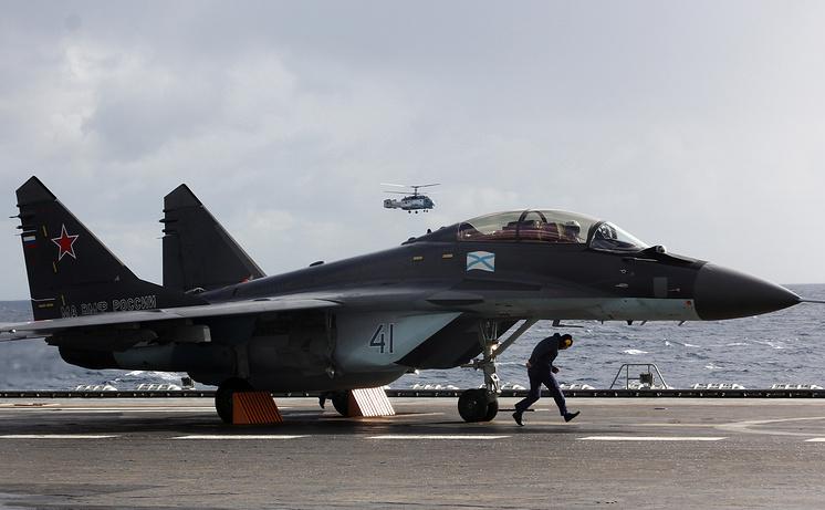 """Истребитель МиГ-29К на палубе тяжелого авианесущего крейсера """"Адмирал Кузнецов""""."""