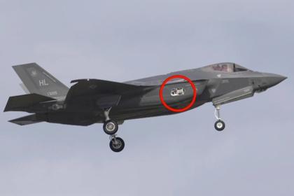 Истребитель пятого поколения F-35A с отвалившимся элементом фюзеляжа размером 30 на 60 сантиметров.
