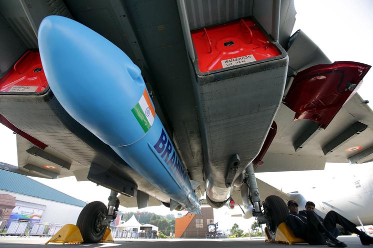 Истребитель Су-30МКИ ВВС Индии с макетом крылатой ракеты BrahMos.