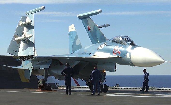 Истребитель Су-33 на палубе тяжёлого авианесущего крейсера «Адмирал Флота Советского Союза Кузнецов» у берегов Сирии в Средиземном море. Крейсер «Адмирал Кузнецов» и СКР «Адмирал Григорович» впервые задействованы в операции в Сирии.