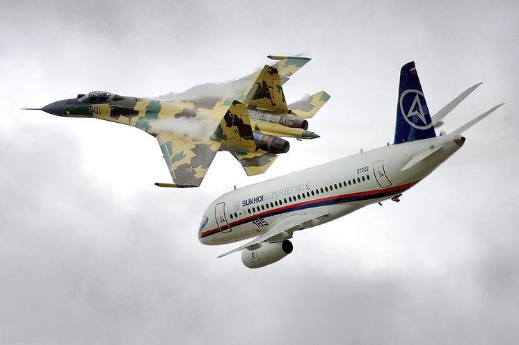 Истребитель Су-35 и самолет Sukhoi Superjet 100, 2009 год.