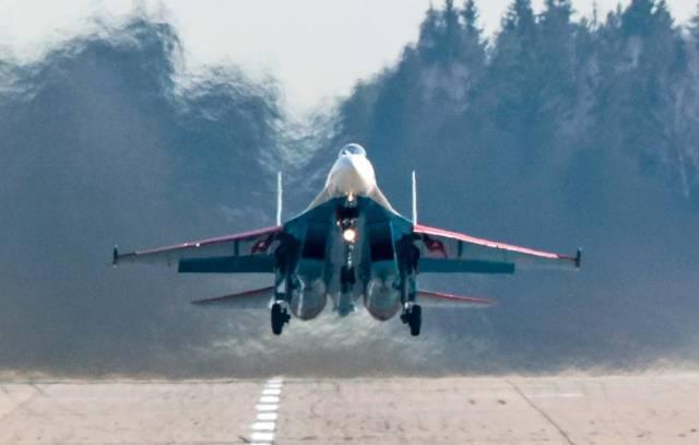 """Истребитель Су-35С пилотажной группы """"Русские витязи"""""""