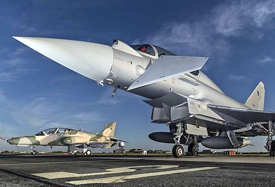 """Истребитель """"Тайфун"""" и первого УТС """"Хоук"""" Mk.128"""
