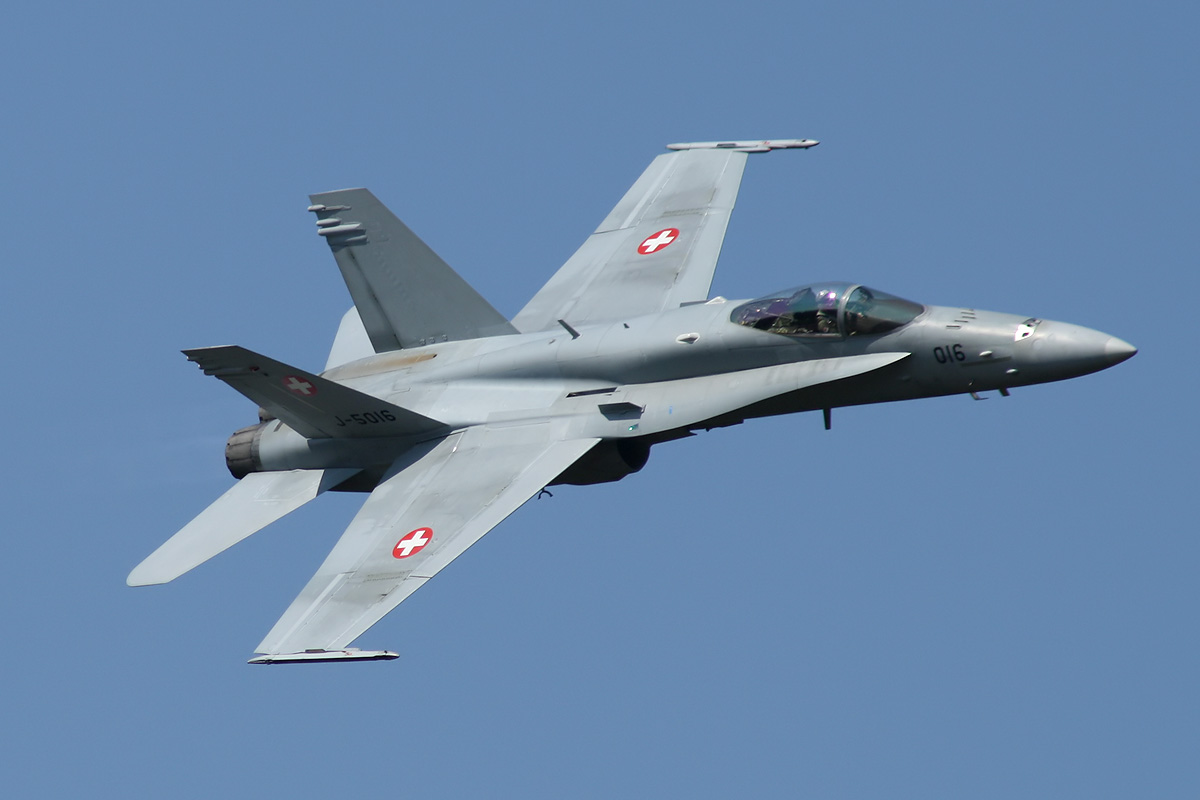Истребитель Boeing F/A-18C Hornet (бортовой номер J-5016, серийный номер 1363 / SFC016) ВВС Швейцарии.