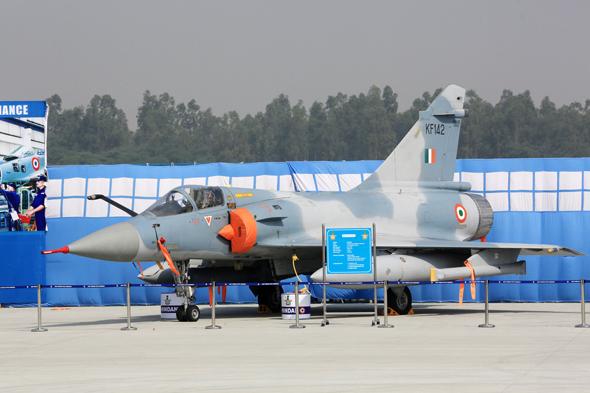 Первый модернизированный индийским государственным авиастроительным объединением Hindustan Aeronautics Limited (HAL) одноместный истребитель Dаssault Mirage 2000Н ВВС Индии (индийский военный номер КF142) в экспозиции по случаю 84-летия ВВС Индии на авиабазе Хиндон, 08.10.2016.
