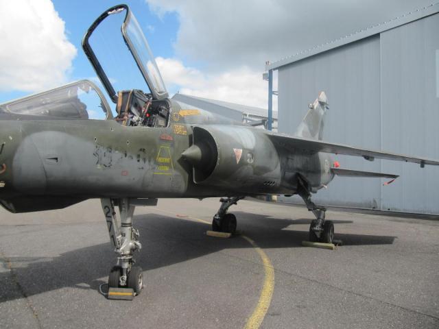Истребитель Dassault Mirage F.1С из состава ВВС Франции, переданный в качестве учебного пособия в училище летного состава на территории аэропорта Плужан (Франция), сентябрь 2017 года.
