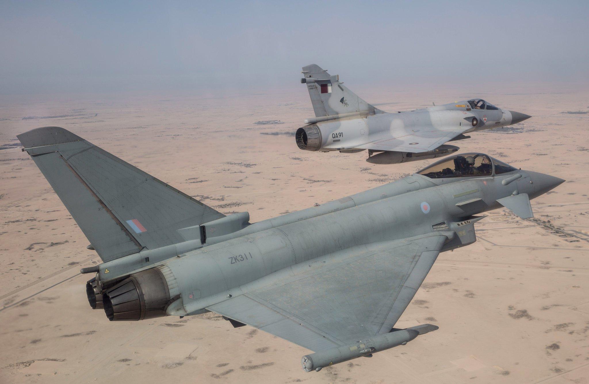Истребитель Eurofighter Typhoon FGR.4 (британский военный номер ZK311, серийный номер BS064) из состава 6-й эскадрильи ВВС Великобритании в ходе совместного полета с истребителем Dassault Mirage 2000-5EDA (бортовой номер QA91) ВВС Катара во время совместных двухсторонних учений в Катаре, ноябрь 2017 года.